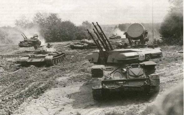 ЗСУ-23-4 прикрывают танки Т-55 на учениях