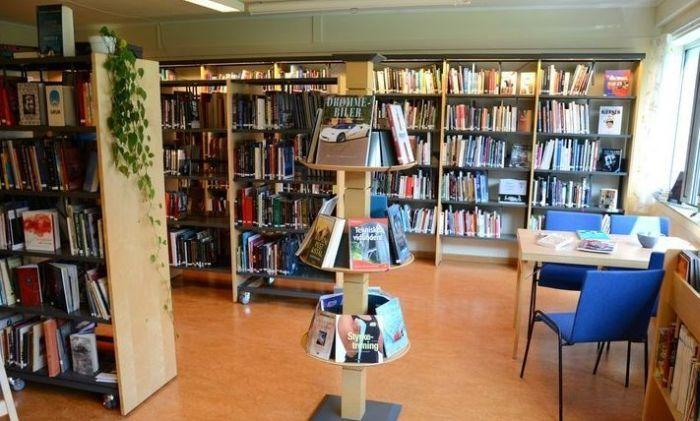 Огромная библиотека.
