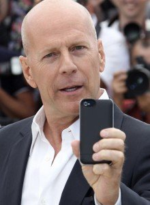 Брюс Уиллис подает в суд на Apple