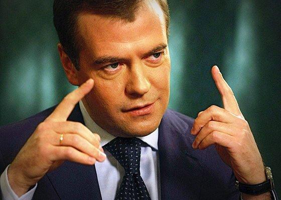 Зачем Медведев надел платье