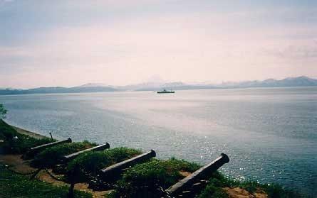 Это памятник героической батарее у Чёрной сопки, на берегу Тихого океана.