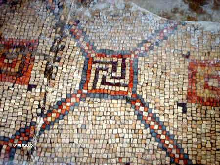 Чудо древней синагоги – античные свастики из мозаики