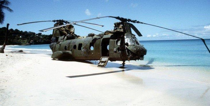 Сбитый американский вертолет на пляже Гренады