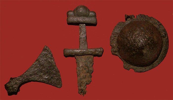 Боевой топор, каролингский меч типа S, умбон щита, из кургана № 6 у д. Заозерье в южном Приладожье