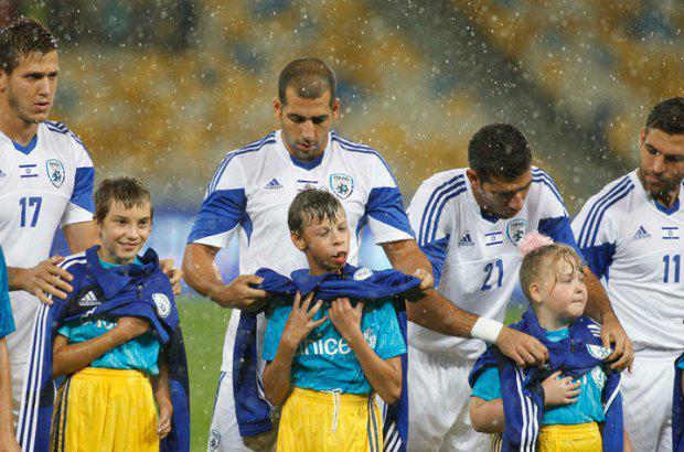 Израильские футболисты прикрывали наших детей от дождя