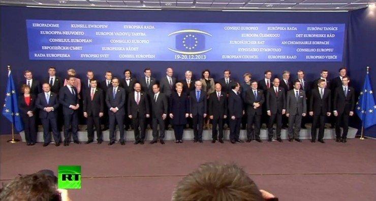 Евромасоны под флагом Евросоюза в форме всевидящего ока. Кадр RT