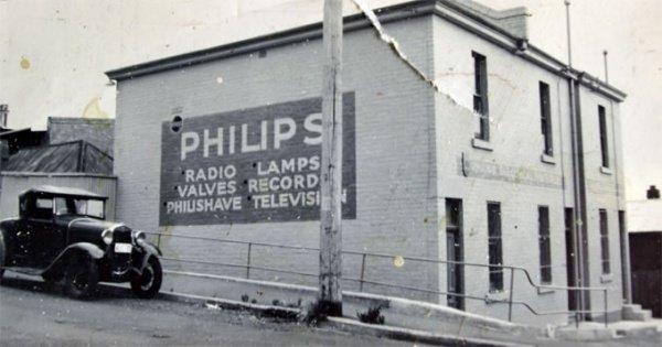 Philips & Co. на заре своей деятельности производили лампочки и радиоприемники. И делают их сейчас.