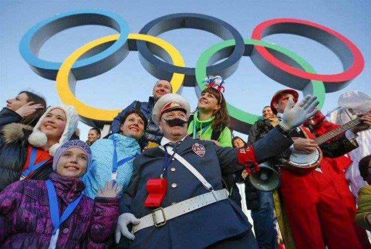 Спортивные болельщики в Олимпийском парке в Сочи, февраль.
