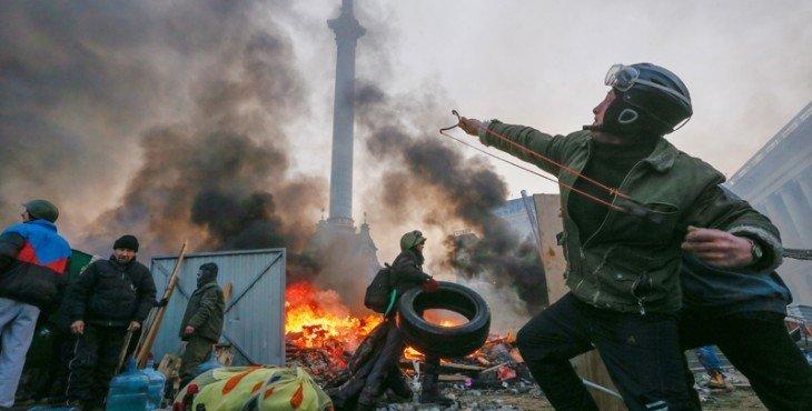 """""""Активист"""" майдана на фоне """"идолища"""" - увенчанной статуей """"Берегини"""" колонны, аккумулирующей энергию Инферно."""