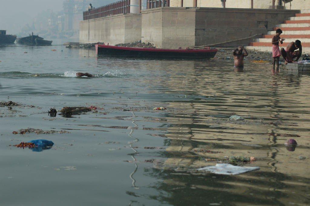 Девушка моется на реке видео фото 12-920
