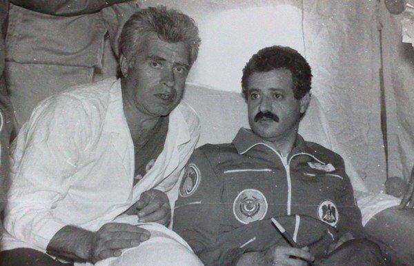 Мухаммед Фарис на станции Мир (справа).