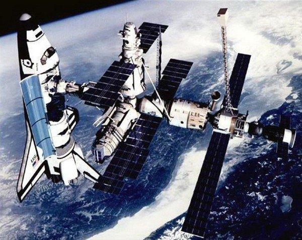 Орбитальная станция Мир и состыкованный с ней американский шаттл.