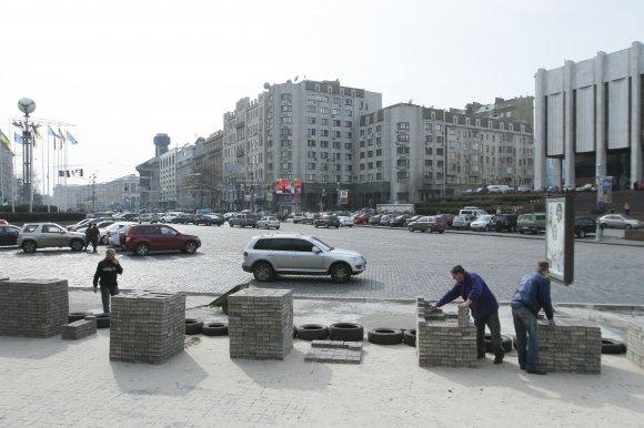 "На Европейской площади активисты кладут плитку. Фото А. Бойко, ""Вести"""