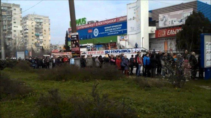 Очередь за российскими флагами в Севастополе