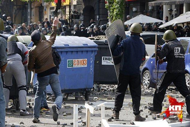 Часть улицы перед Русским драмтеатром превращается в кошмар Фото: REUTERS