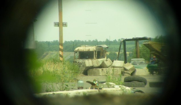 Украинский блокпост просматривается через оптику Фото: Николай ВАРСЕГОВ