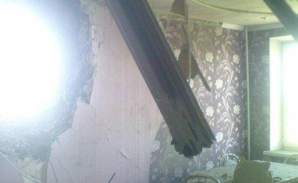 28.07.2014. Шахтерск. Разбитая украми с танка квартира в жилом доме.