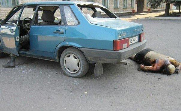 Укры расстреляли машину с гуманитарной помощью.