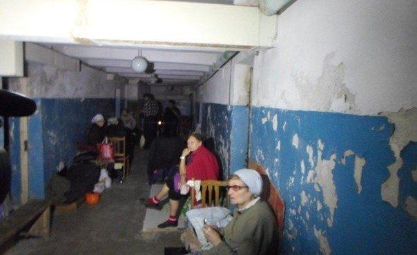 29.08.14 Иловайск. В городе остались в основном пожилые люди, пенсионеры и дети. Они третью неделю не выходят из бомбоубежищ.