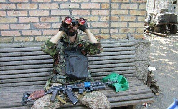 Довольный Ежик смотрит в трофейный бинокль. Шахтерск. Трофеи. 1 августа.
