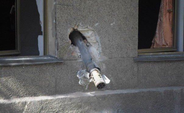 Одна из ракет град пробила бетонное перекрытие бомбоубежища, где прятались люди. Другая вонзилась в стену Дома культуры.