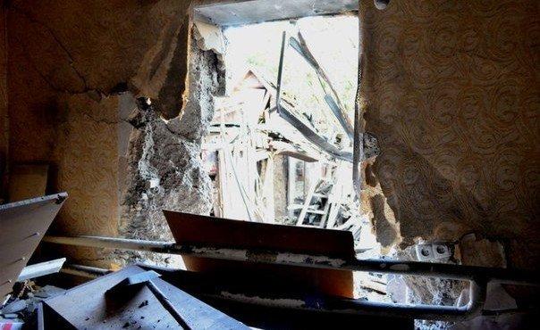 09.08.14. Донецк.От взрыва сильно пострадала жилая комната в доме по ул. Чистопольской. Пожилая женщина, которая спала в соседней комнате, и два человека, работавшие по хозяйству во дворе, по счастливой случайности, не пострадали.