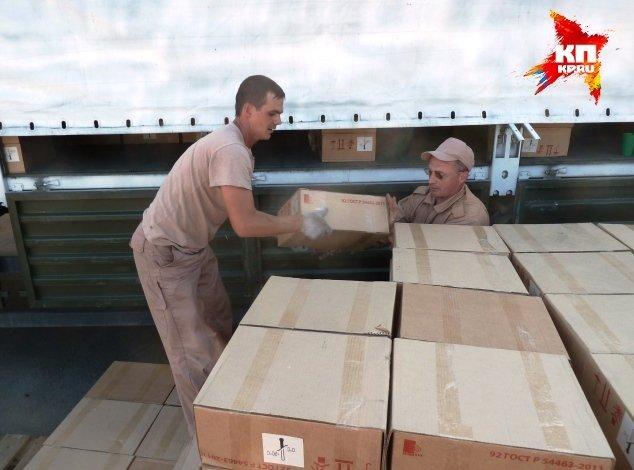 Водители МЧС сами разгружают гуманитарку за неимением грузчиков Фото: Николай ВАРСЕГОВ