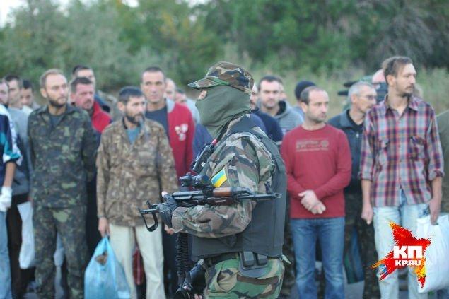 Украинские силовики во время обмена пленными были в новенькой НАТОвской снаряге, и отчего-то в масках