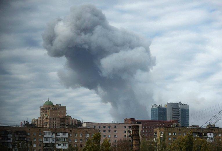 Дым над городом после обстрела Донецка. Архивное фото© AP Photo/ Evgeniy Maloletka