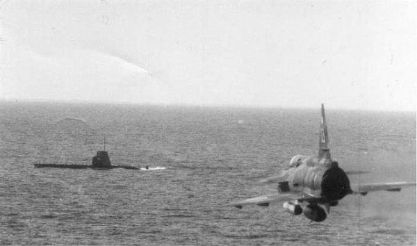 Шведская авиация репетирует бомбометание по советской подлодке (после снятия с мели)