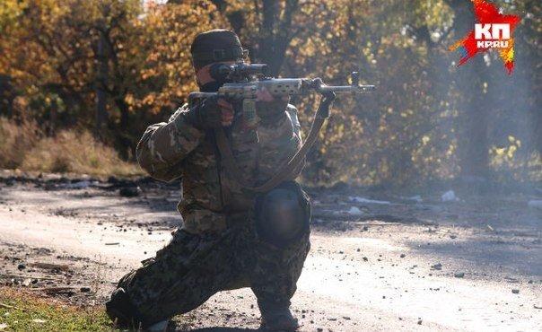 Снайпер ополчения прикрывает проход спецкоров через улицу.