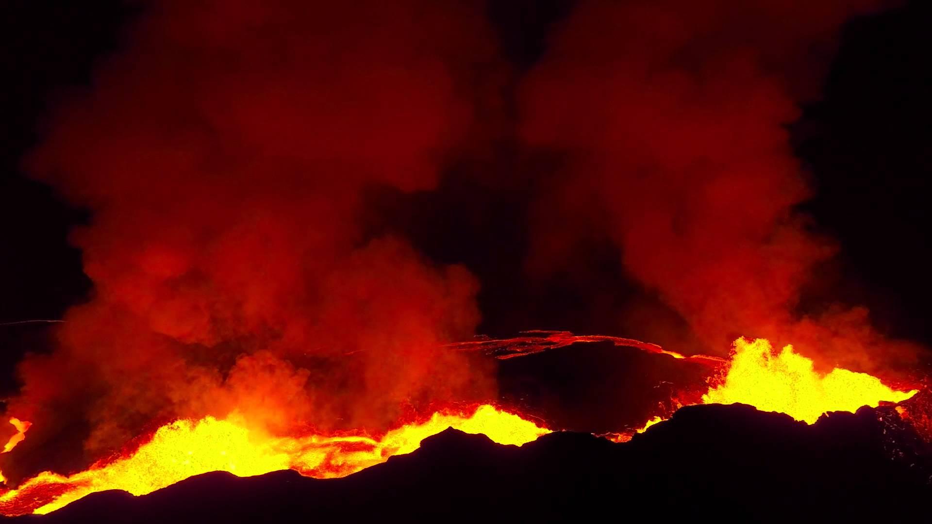 Дрону удалось приблизиться к извергающемуся вулкану и создать уникальную съемку