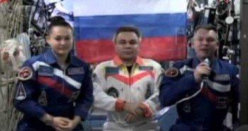 Наши космонавты поздравляют всех жителей планеты с началом космической эры
