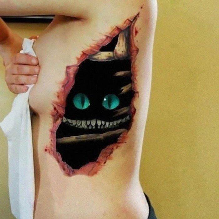 Татуировка с Чеширским котом.
