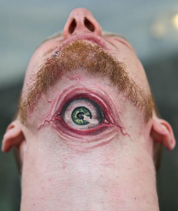 Шокирующая тату в виде глаза на шее.