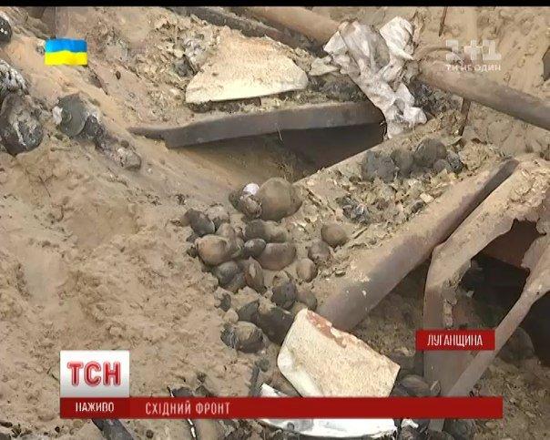Результат обстрела позиций укропских погранцов в Станице-Луганской, остатки металлического блиндажа. Укропы кроме потерь (о которых замалчивают) лишились всего продовольствия и генератора.