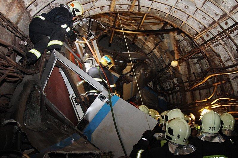 На Арбатско-Покровской линии московского метро сошли с рельсов вагоны поезда