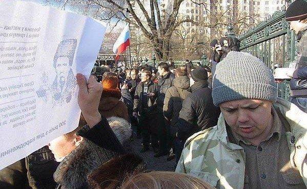 Уже через неделю после штурма Казначейства Гришин в этой же коричневой куртке и в этой же серой шапке стал ходить на митинги Евромайдана.