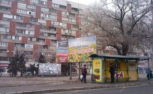 Донецк сегодня. В Донецке и Макеевке люди живут своей жизнью, спокойно идут по тротуарам,заходят по дороге в магазины,которые уже украшены новогодними огоньками, дождиком, гирляндами, в преддверии праздника.