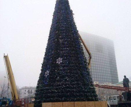 Донецк сегодня. На центральной площади Донецка устанавливали главную ёлку ДНР.