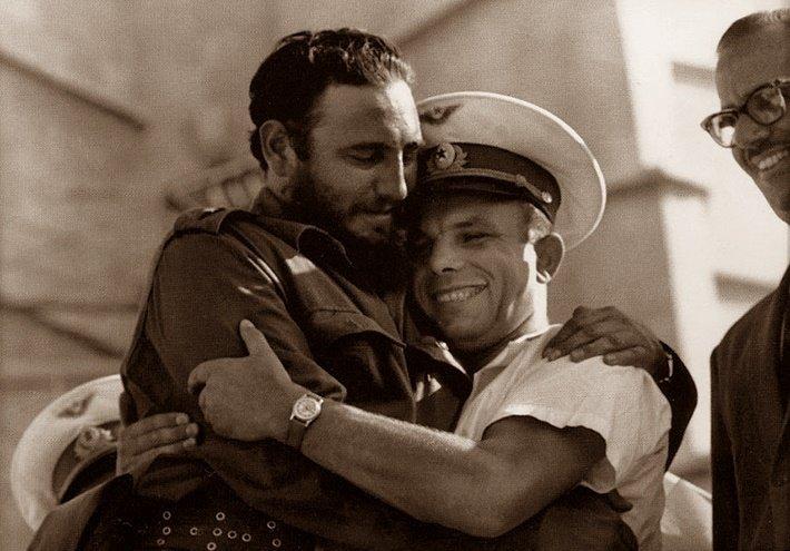А этот снимок гуляет по англоязычной Сети с таким комментарием: «Фидель Кастро обнимает Джона Маккейна. Говорят, он голубой... Видите? Страсть к мужчинам пересиливают в нём даже классовую ненависть». На самом деле, это Юрий Гагарин на центральной площади Гаваны обнимает Фиделя Кастро, поздравляя его с годовщиной Кубинской революции.