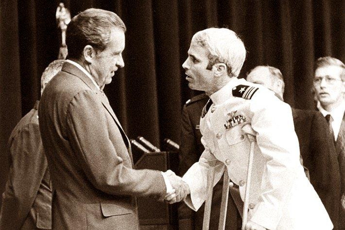 «Приносящее удачу» пожатие руки Маккейна