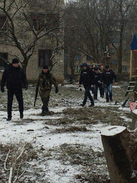 Группа сопровождения российских журналистов на Октябрьском посёлке перед Песками.