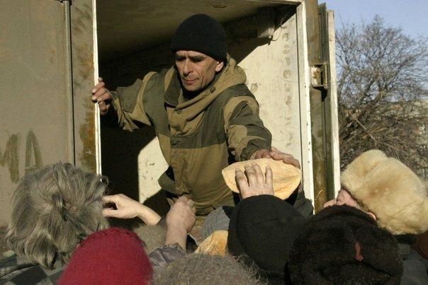 """Дебальцево. Бойцы интербригады """"Пятнашка"""" закупили гуманитарную помощь на собственные деньги и раздали жителям."""