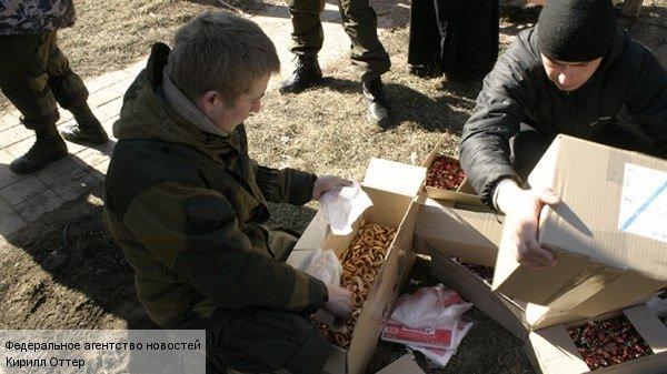 Дебальцево. Интернациональная бригада «Пятнашка», входящая в состав вооруженных сил Донецкой народной республики, доставила гуманитарный груз жителям недавно освобожденного города Дебальцево.
