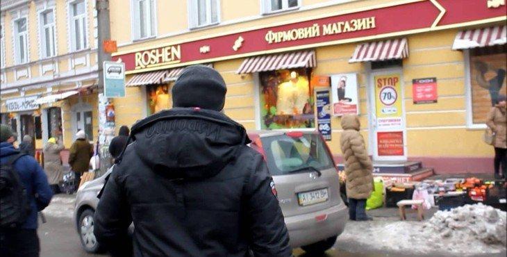 Магазин Roshen в Киеве забросали тортами. ВИДЕО