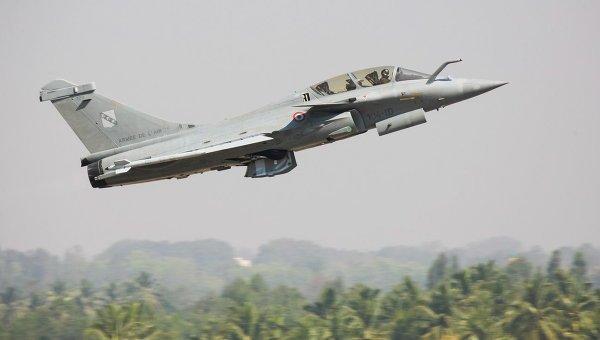 Французский истребитель Rafale во время показательных полетов на авиасалоне