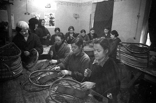 Производство лыж-снегоступов в артели «Пролетарский труд». 3 декабря 1941 года