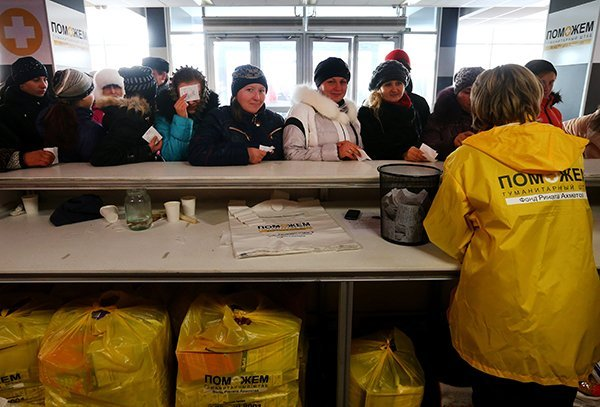 Выдача гуманитарной помощи жителям Донецка от Фонда Рината Ахметова во дворце спорта Дружба. Фотография: Валерий Шарифулин/ТАСС