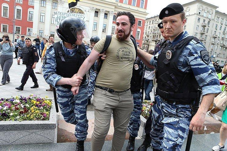 pravoslavnye-aktivisty-nachali-izbivat-geev_rect_fd61bd93dfc349a23e47a7d4830f5974